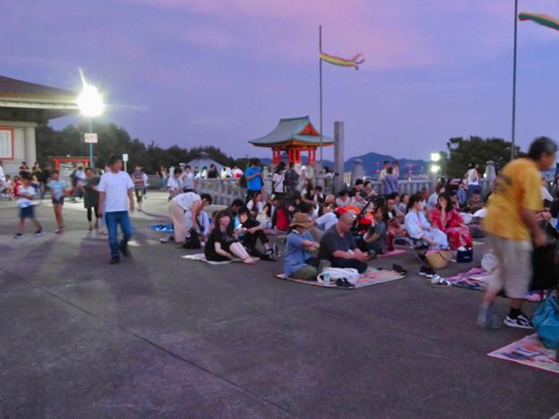 日本ライン夏まつり納涼花火大会の日の犬山成田山 - 12:花火の打ち上げを待ってる人たち
