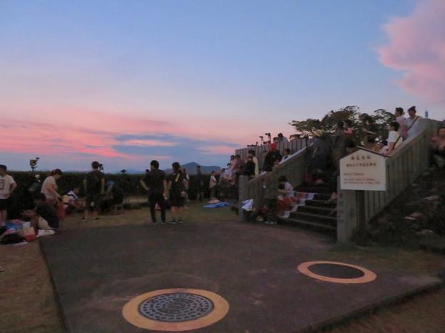 日本ライン夏まつり納涼花火大会の日の犬山成田山 - 13:花火の打ち上げを待ってる人たち