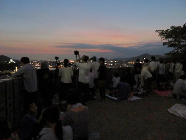 日本ライン夏まつり納涼花火大会の日の犬山成田山 - 15:花火の打ち上げを待ってる人たち