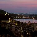 犬山成田山から見た夜景 - 5:夕暮れ時の犬山城と伊木山