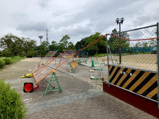 台風10号の影響で倒れてた桃花台線撤去工事現場の柵(2019年8月15日) - 1