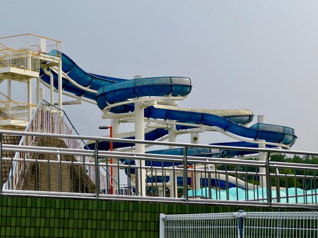 夏休み中で大勢の人が来てた各務原市民プール - 11:外から見たスライダー