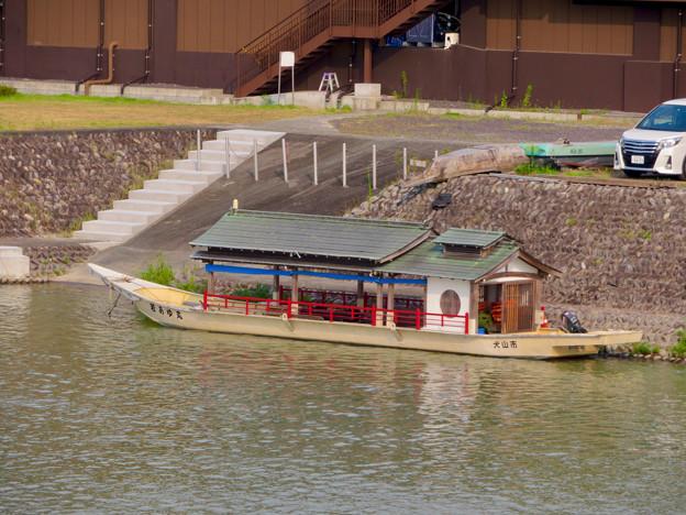 犬山城近くの旅館前に停泊していた屋形船 - 2