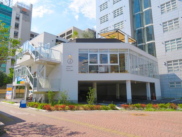 桜通久屋西交差点にあるこの辺りでは珍しい低階層の建物(レストランとギャラリー?) - 2