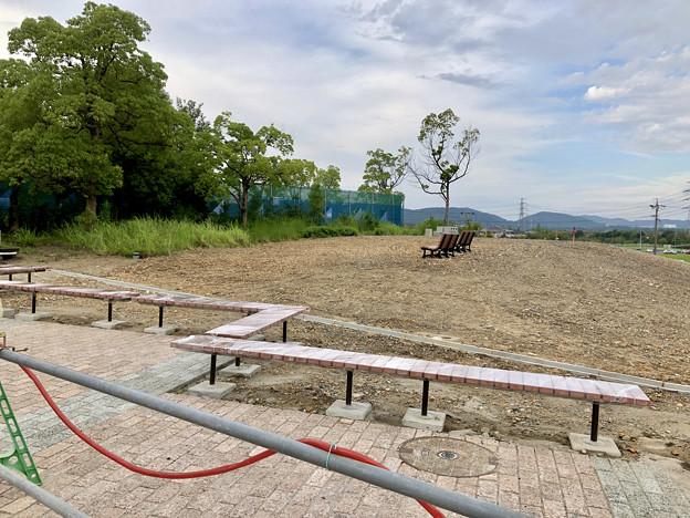 桃花台線の桃花台中央公園南側撤去工事(2019年8月31日)- 3:ベンチ設置