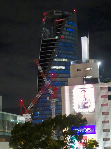 巨大クレーンと夜で青く輝くスパイラルタワーズ - 1
