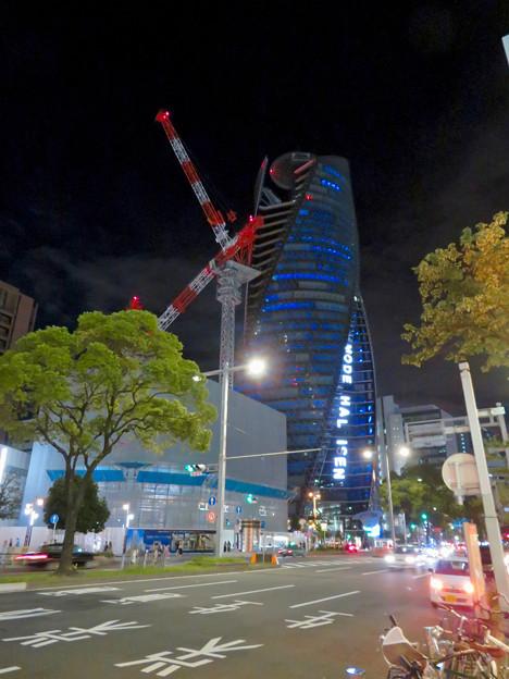 巨大クレーンと夜で青く輝くスパイラルタワーズ - 2