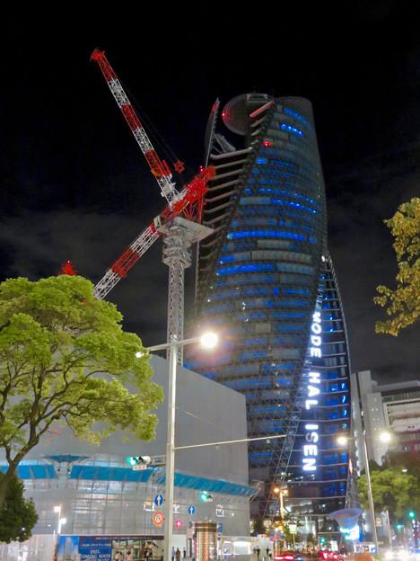 巨大クレーンと夜で青く輝くスパイラルタワーズ - 3