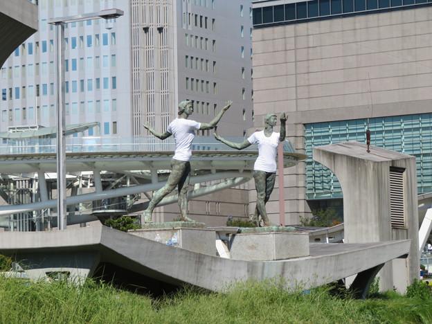 錦通と久屋大通公園の噴水上彫像に「あいちヒトリエンナーレ」と書かれたTシャツが着せられる!? - 5