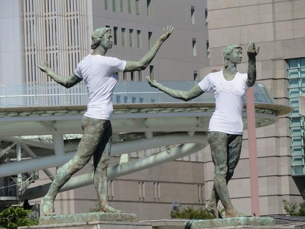 錦通と久屋大通公園の噴水上彫像に「あいちヒトリエンナーレ」と書かれたTシャツが着せられる!? - 6