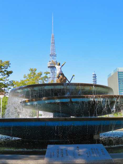 錦通と久屋大通公園の噴水上彫像に「あいちヒトリエンナーレ」と書かれたTシャツが着せられる!? - 18