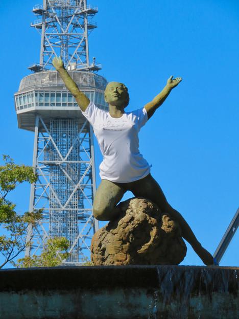 錦通と久屋大通公園の噴水上彫像に「あいちヒトリエンナーレ」と書かれたTシャツが着せられる!? - 19