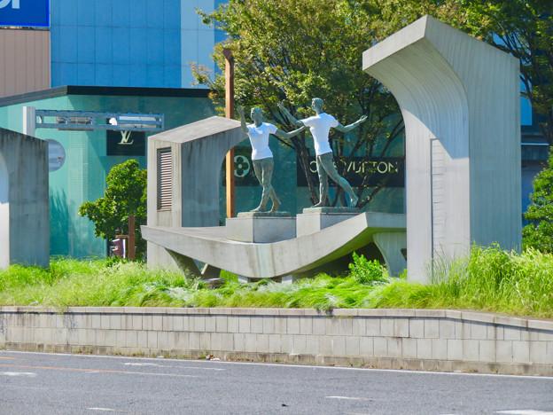 Photos: 錦通と久屋大通公園の噴水上彫像に「あいちヒトリエンナーレ」と書かれたTシャツが着せられる!? - 23