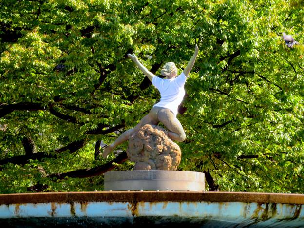 錦通と久屋大通公園の噴水上彫像に「あいちヒトリエンナーレ」と書かれたTシャツが着せられる!? - 1