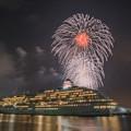 写真: 船越し花火 2