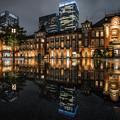 写真: 雨の東京駅