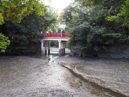 赤い橋の下には水はなし