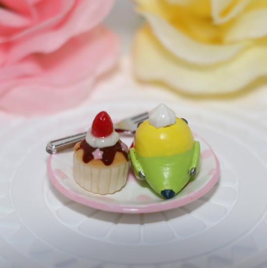 n011ミニチュア/いちごカップケーキプレート/セキセイ・グリーン(後ろ)