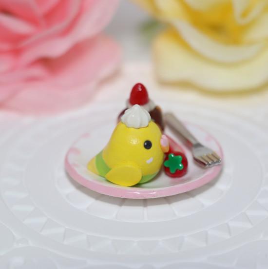 n013ミニチュア/いちごカップケーキプレート/セキセイ・黄ハルクイン(横1)