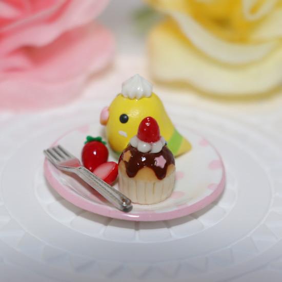 n013ミニチュア/いちごカップケーキプレート/セキセイ・黄ハルクイン(横2)