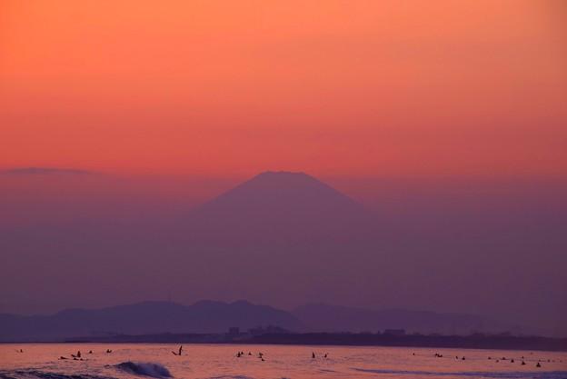 夕闇迫る湘南・鵠沼海岸からの富士山 #湘南 #藤沢 #海 #波 #surfing #wave #mysky #富士山 #fujisan #mtfuji