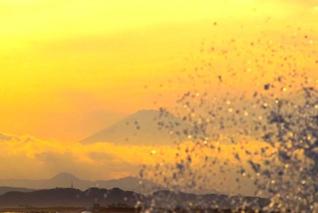 富士山と波飛沫@湘南・鵠沼海岸 #湘南 #藤沢 #海 #波 #wave #surfing #mysky #fujisan #mtfuji #富士山
