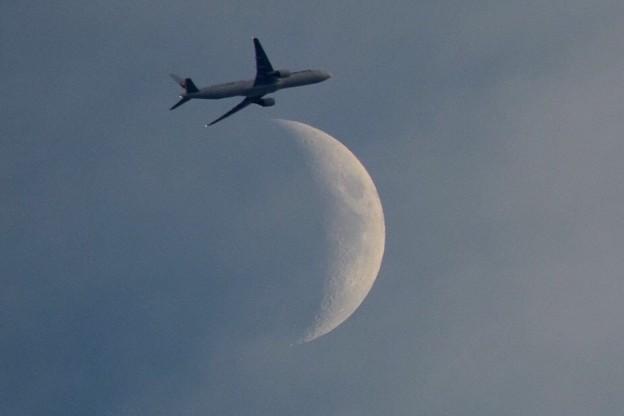 月を横切る日航機 #湘南 #藤沢 #海 #波 #月 #surfing #moon #mysky #airplane #sky #jal #japanairlines