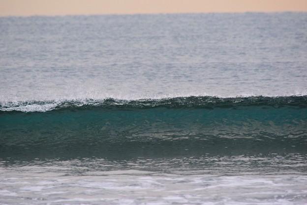 今朝の湘南・鵠沼海岸の波はひざからももサイズ #湘南 #藤沢 #海 #波 #wave #surfing #mysky #beach