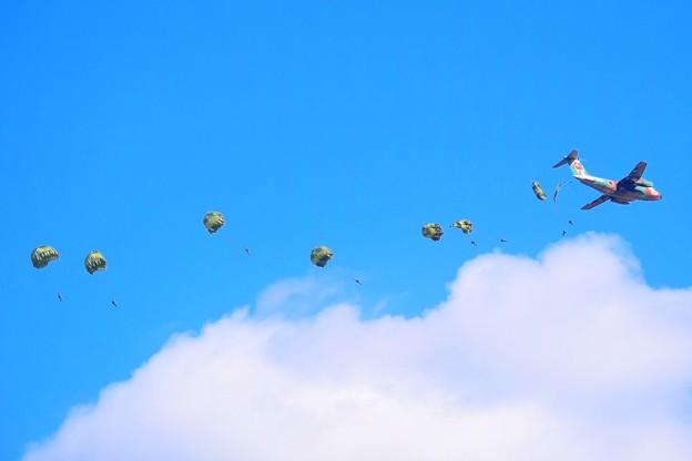 次々と降下する自衛隊員 #自衛隊 #japanselfdefenceforces #mysky #習志野演習場 #降下訓練始め #japanairforce