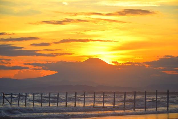 Photos: 富士山山頂に沈む夕日@湘南・鵠沼海岸 #湘南 #藤沢 #海 #波 #wave #surfing #sea #fujisan #mtfuji #富士山
