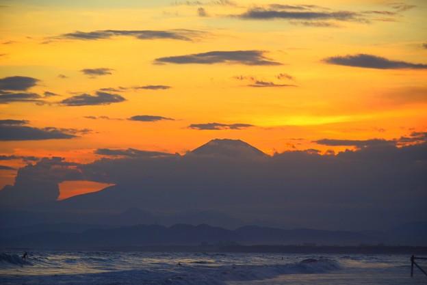 夕闇迫る湘南・鵠沼海岸からの富士山 #湘南 #藤沢 #海 #波 #wave #surfing #sea #fujisan #mtfuji #富士山