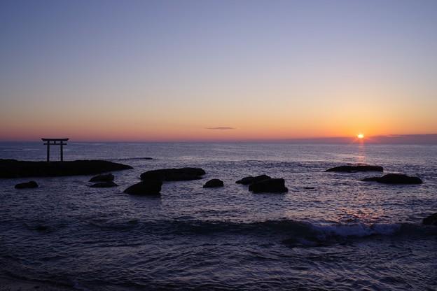 神磯の鳥居と日の出