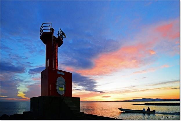 写真: 夜明けの灯台