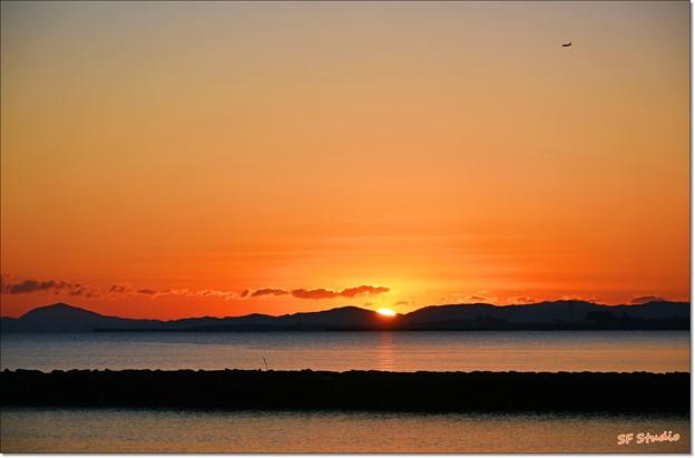 写真: 初日の出と一番機