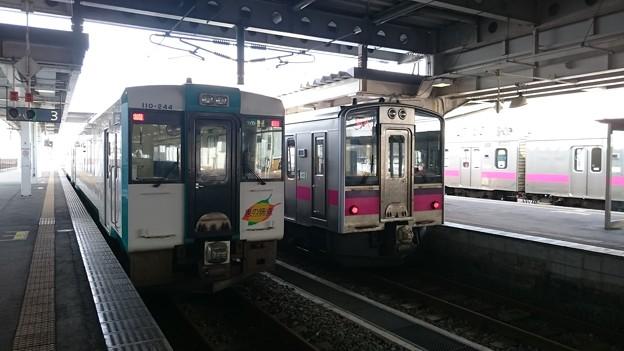 写真: キハ110系 キハ110-244 と 701系 N22編成  [JR 新庄駅]