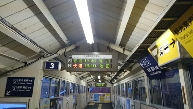 2-3番線発車標と駅舎 [JR 富良野駅]