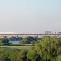 写真: 常磐線の窓から見える外環道 [JR 常磐線 松戸-金町間]