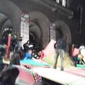 写真: 一橋大学の初夜祭、兼松講堂前でプロレスのリング急ピッチで設営中w。