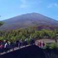 写真: 5合目から見上げた富士山