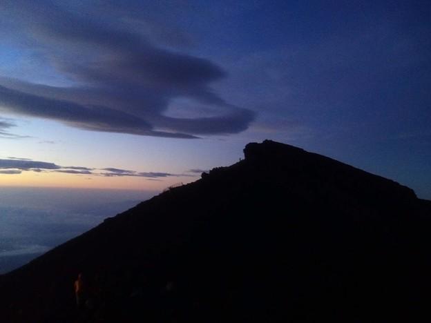 朝陽に照らされる峰