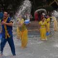 写真: 水掛け祭りショー