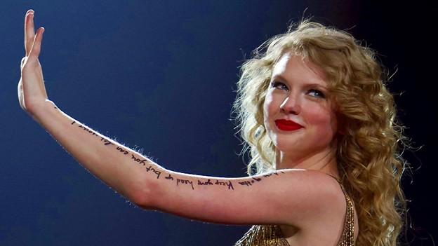 Beautiful Blue Eyes of Taylor Swift(10640)