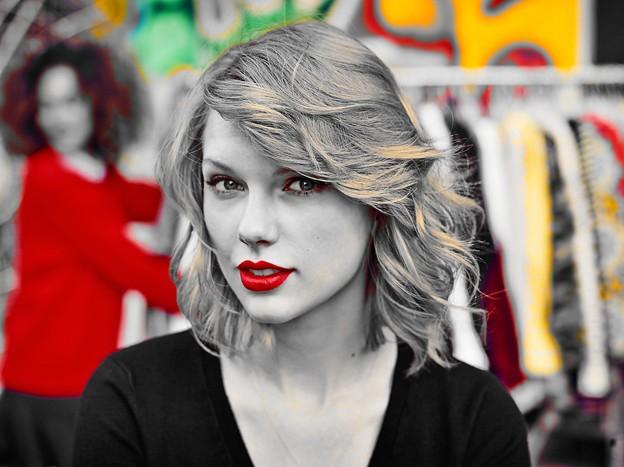 Beautiful Blue Eyes of Taylor Swift(10675)