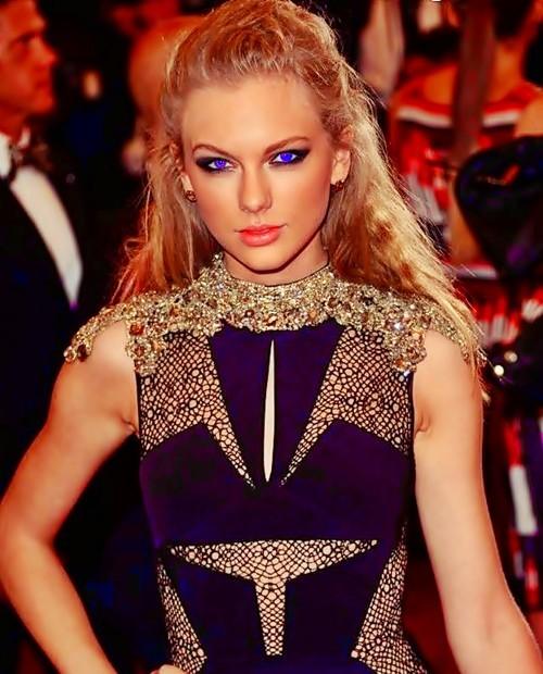Beautiful Blue Eyes of Taylor Swift (10692)