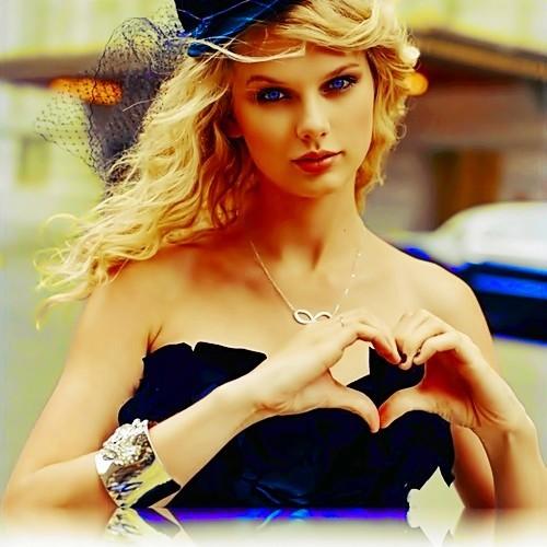 Beautiful Blue Eyes of Taylor Swift (10749)