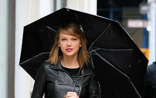 Beautiful Blue Eyes of Taylor Swift (10782)