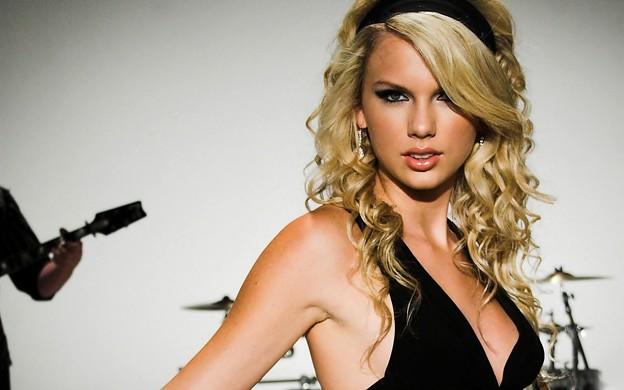 Beautiful Blue Eyes of Taylor Swift (10784)