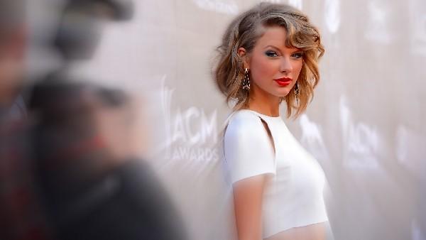 Beautiful Blue Eyes of Taylor Swift (10789)