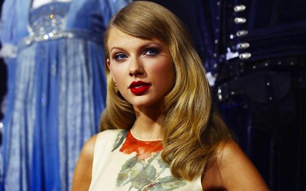 Beautiful Blue Eyes of Taylor Swift (10791)