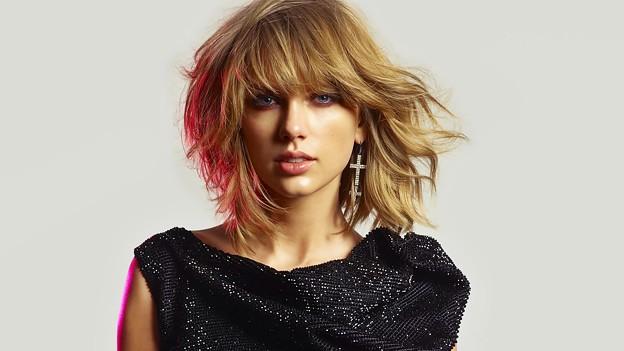 Beautiful Blue Eyes of Taylor Swift (10792)